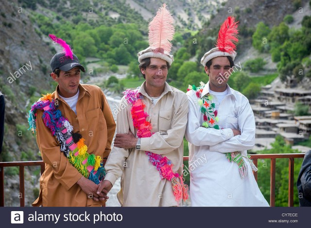 33_kalash-men-with-characteristic-feather-in-their-caps-at-the-joshi-CY7ECE